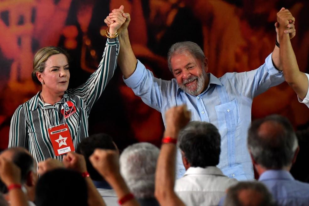 Lula e a senadora Gleisi Hoffmann, presidente do PT, no lançamento da pré-candidatura do ex-presidente, em São Paulo (Foto: Nelson Almeida/AFP)