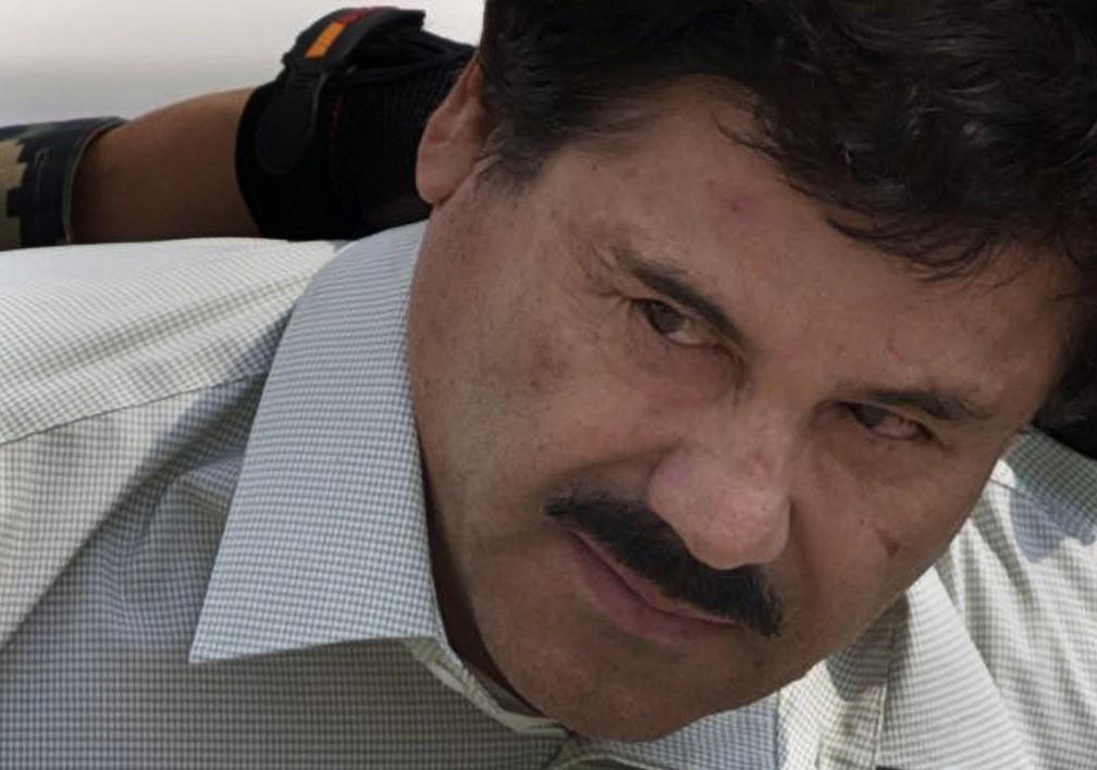 Na foto, de fevereiro de 2014, El Chapo é levado até um helicóptero por membros da marinha mexicana na Cidade do México. Em fevereiro deste ano, ele foi condenado por múltiplas acusações de conspiração em um caso de tráfico de drogas. — Foto: Eduardo Verdugo/AP