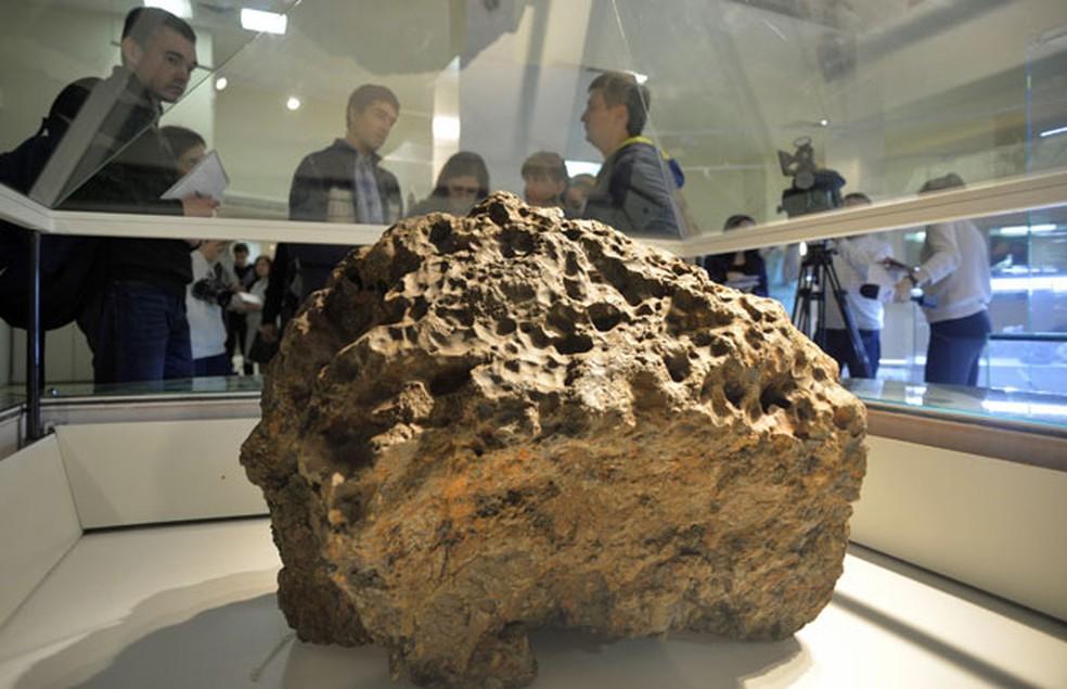 Peça com 570 kg retirada de lago na Rússia após queda do meteoro de Cheliabinsk em 2013 (Foto: Andrey Tkachenko/Reuters)