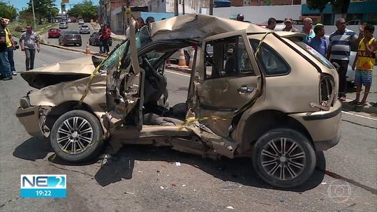 Dois morrem em batida entre ônibus e carro na PE-15, em Olinda