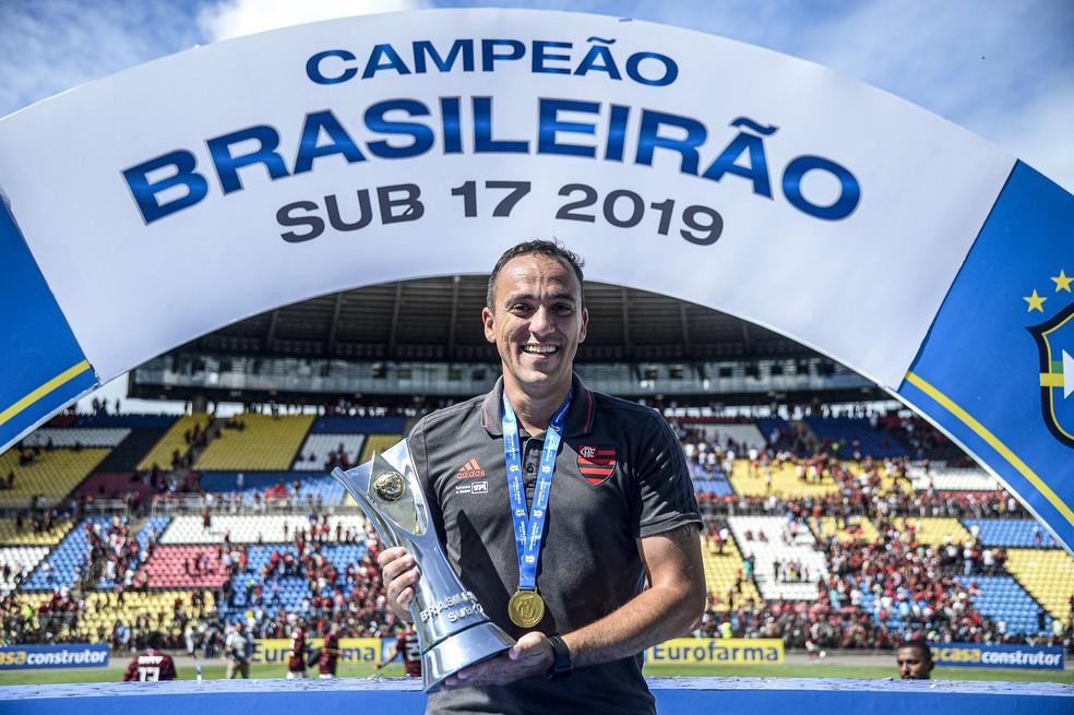 Técnico campeão do sub-17 deixa o Flamengo rumo à China; clube reestrutura organograma da base