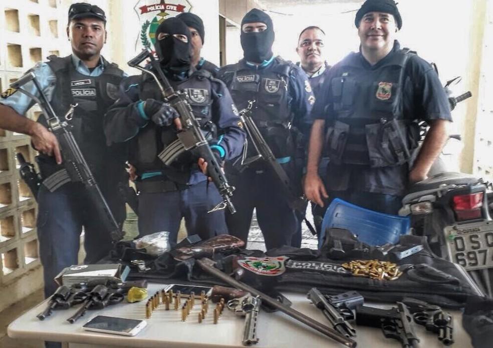 Armas, munições e coletes a prova de balas foram apreendidos em Morada Nova (Foto: SSPDS/Divulgação)
