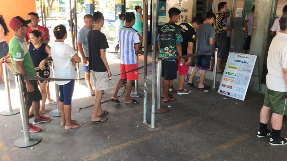 Apostadores da Mega-Sena em lotérica de Manaus, no dia 21 de julho (Foto: Breno Cabral/Rede Amazônica)