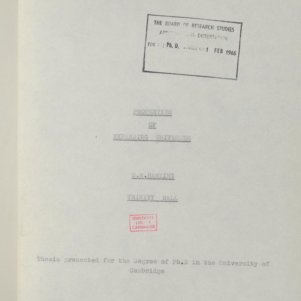 Página de apresentação da tese de Hawking Image caption 'Cada geração se apoia nas costas daqueles que vieram anteriormente, como eu fiz quando era um jovem estudante em Cambridge, inspirado pelo trabalho de Isaac Newton, James Clerk Maxwell e Albert Einstein', comemorou Hawking | Imagem: Universidade de Cambridge (Foto: Universidade de Cambridge)