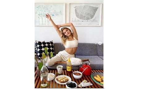 Isabella mostra o café da manhã na sala de seu lar Reprodução