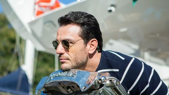 Rodrigo Lombardi faz pose inusitada em Angra; confira vídeo!