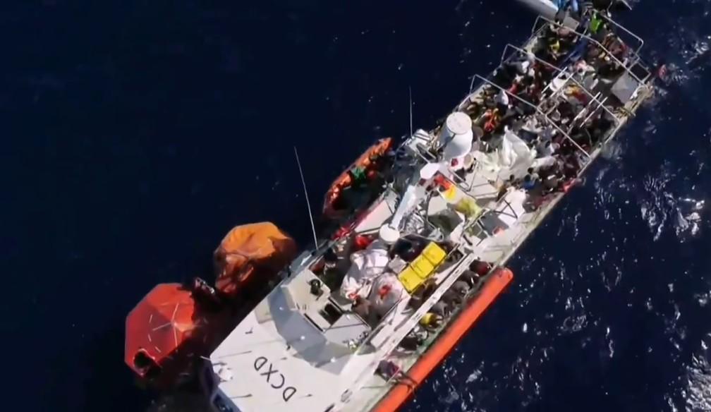 Foto deste sábado (29) mostra o navio 'Louise Michel', financiado pelo artista Banksy, com quase 200 pessoas a bordo no Mar Mediterrâneo. — Foto: Twitter @MVLouiseMichel via AFP