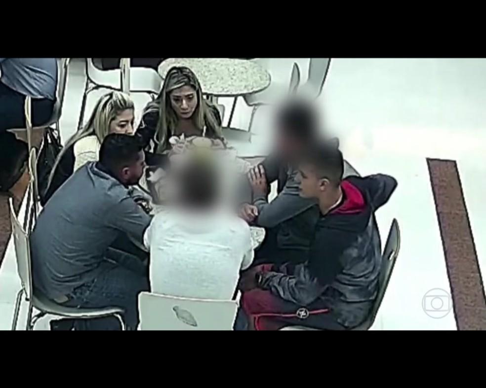 Do lado esquerdo (família Brittes) e do lado direito (Eduardo Purkote). O grupo se reuniu em um shopping após o crime, conforme investigações — Foto: Reprodução