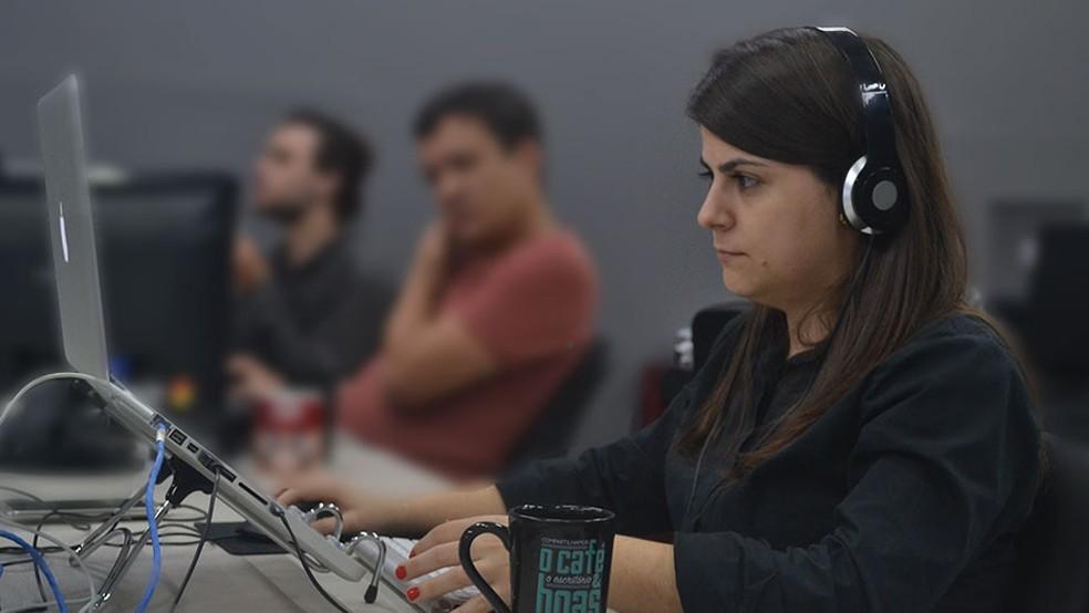 Mulher trabalha usando o método da Tekoa, que prevê a aplicação da metodologia de customer experience na jornada do usuário  — Foto: Andrieli Minatti/Acervo de Tekoa