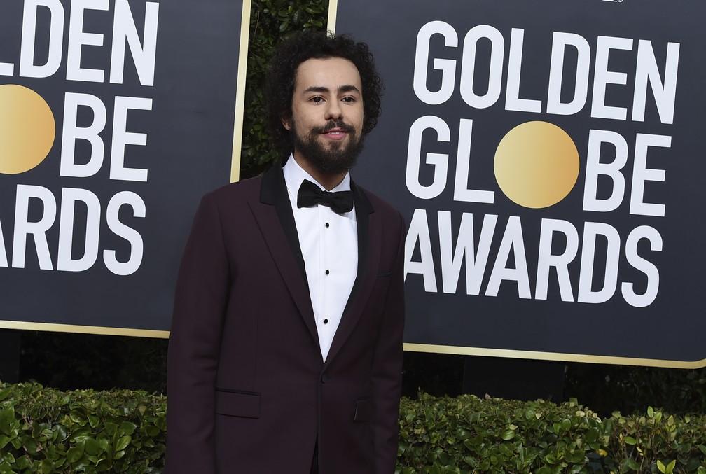 Ramy Youssef posa no tapete vermelho do Globo de Ouro 2020 — Foto: Jordan Strauss/AP