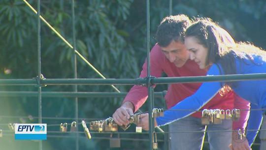 Colocar cadeado em ponte para celebrar o amor vira tradição entre os casais que visitam Brotas