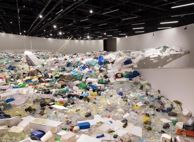 """Instalação Lixo no Mar """"Over Flow"""", no museu MAAT, Portugal (Foto: Deezen/ Reprodução)"""