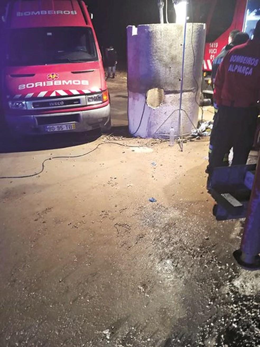 Fossa onde ocorreu o acidente em Portugal — Foto: Confina Jornal