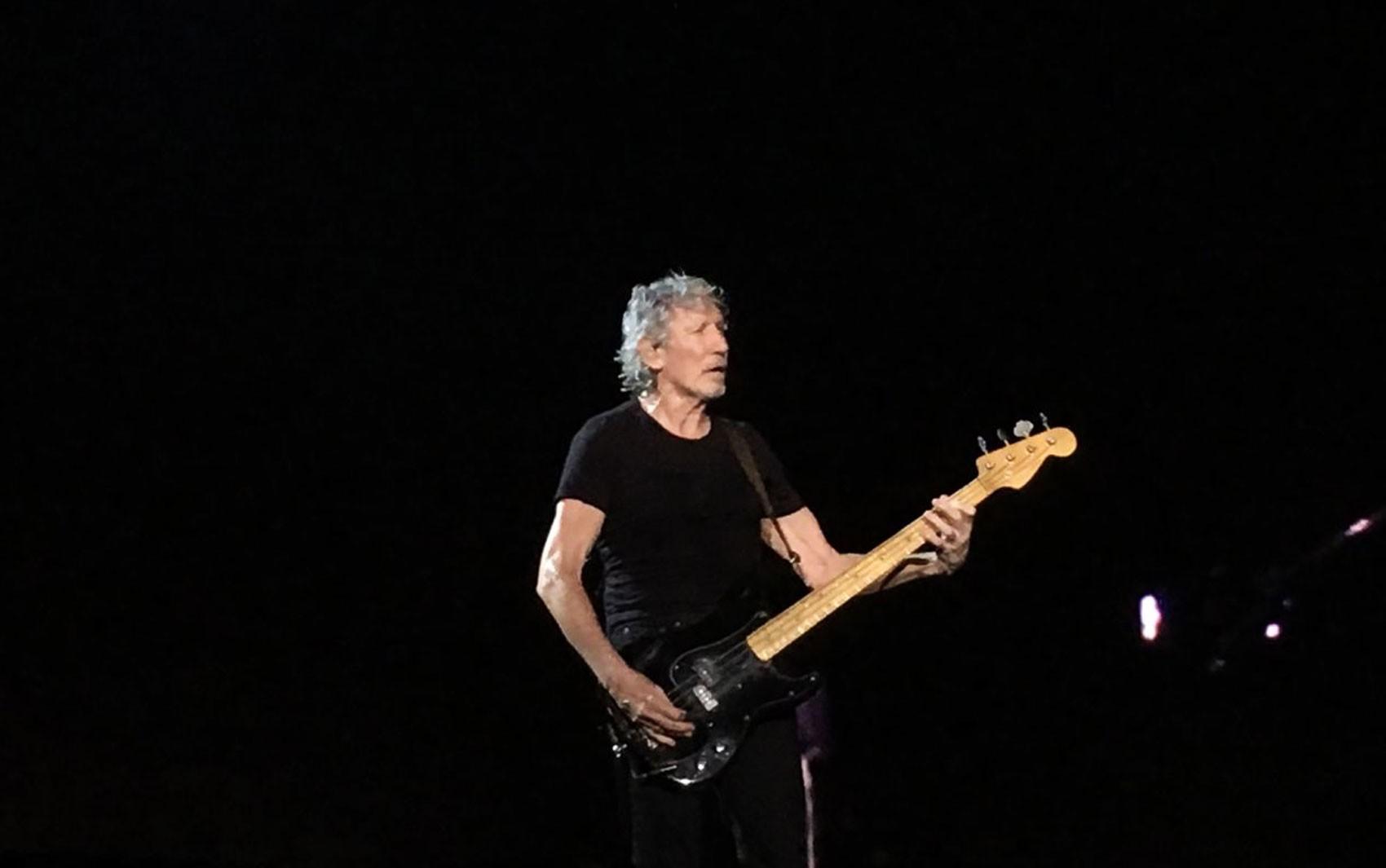 Com homenagem a Moa do Katendê, Roger Waters pede paz e chora no palco durante show na BA para 28 mil pessoas
