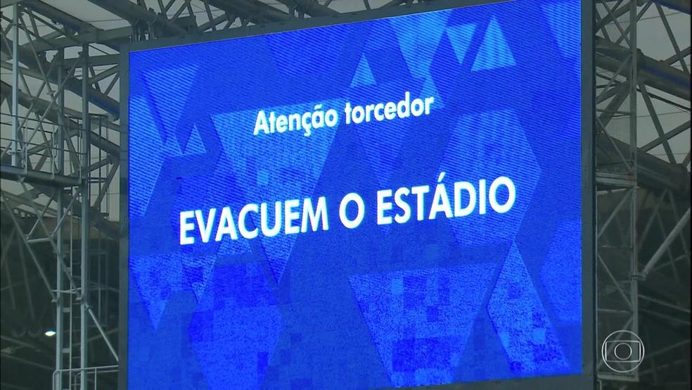 Imagem no telão do Mineirão orienta torcedores cruzeirenses a evacuarem o estádio após o encerramento prematuro da partida com o Palmeiras pela 38ª rodada do Campeonato Brasileiro — Foto: Reprodução/TV Globo