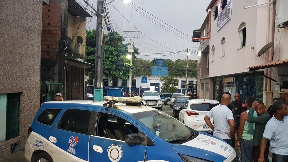 Servidores são feitos reféns em posto de saúde do bairro da Santa Cruz, em Salvador — Foto: Jony Torres/ TV Bahia