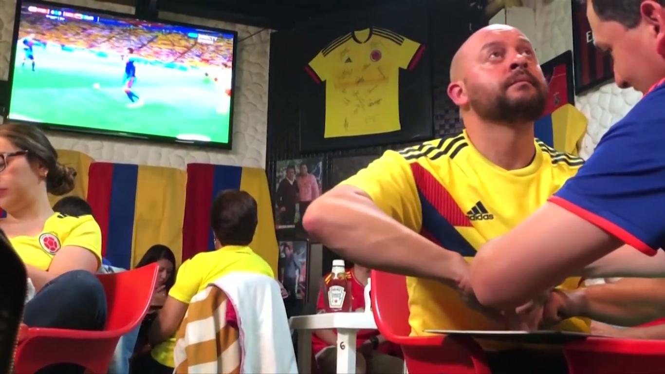 Os dois torcedores colombianos acompanhando a vitória da seleção de seu país na Copa contra a Polônia (Foto: Reprodução)