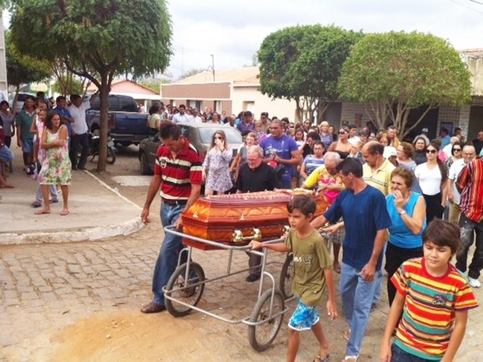Familiares e amigos acompanharam o enterro da advogada Vanessa Ricarda, em Parelhas (Foto: Anderson Barbosa/G1)