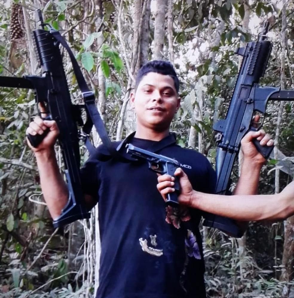 Criminoso está foragido e exibe armas em rede social (Foto: Reprodução)