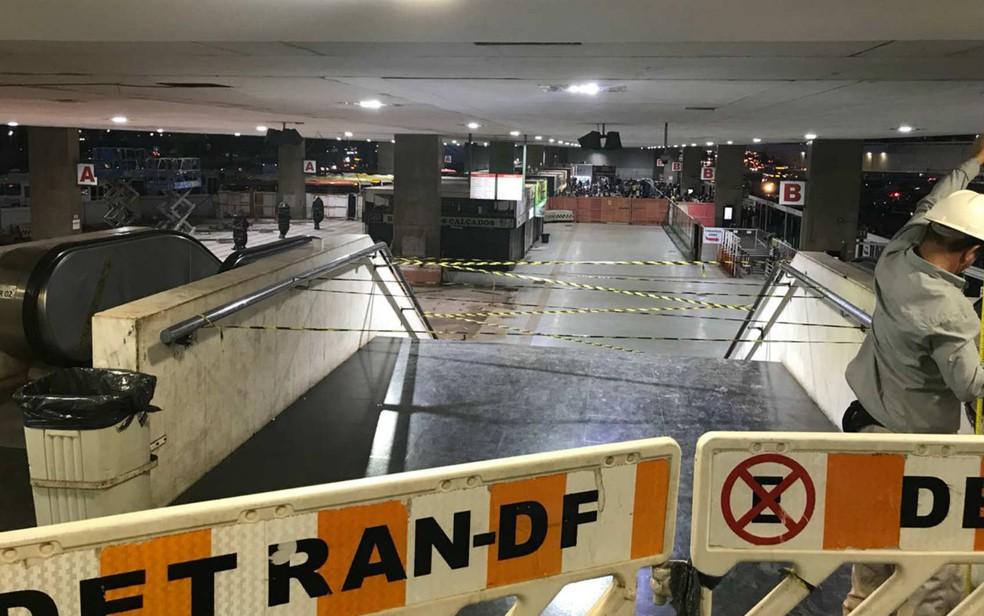 Escada interditada por risco de dano estrutural na rodoviária do Plano Piloto, em Brasília — Foto: Letícia Carvalho/G1