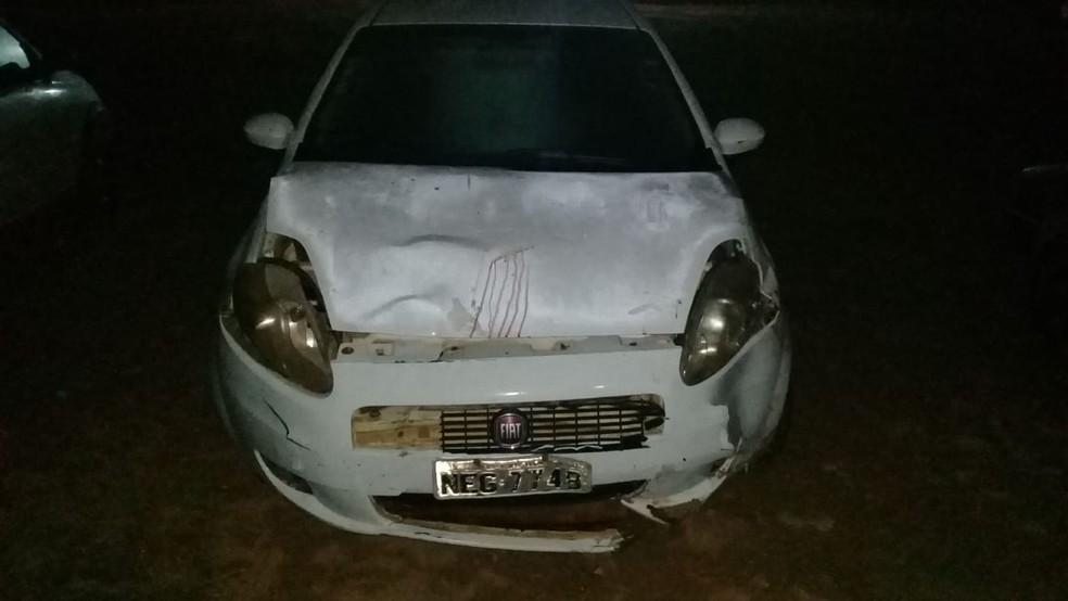 Veículo que trafegava logo atrás foi atingido pelo carro da família.  — Foto: PRF/Divulgação
