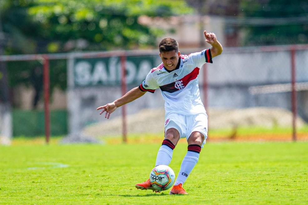 Yuri de Oliveira é um dos sete jogadores do sub-20 convocados para reforçar o elenco profissional do Flamengo — Foto: Marcelo Cortes / Flamengo