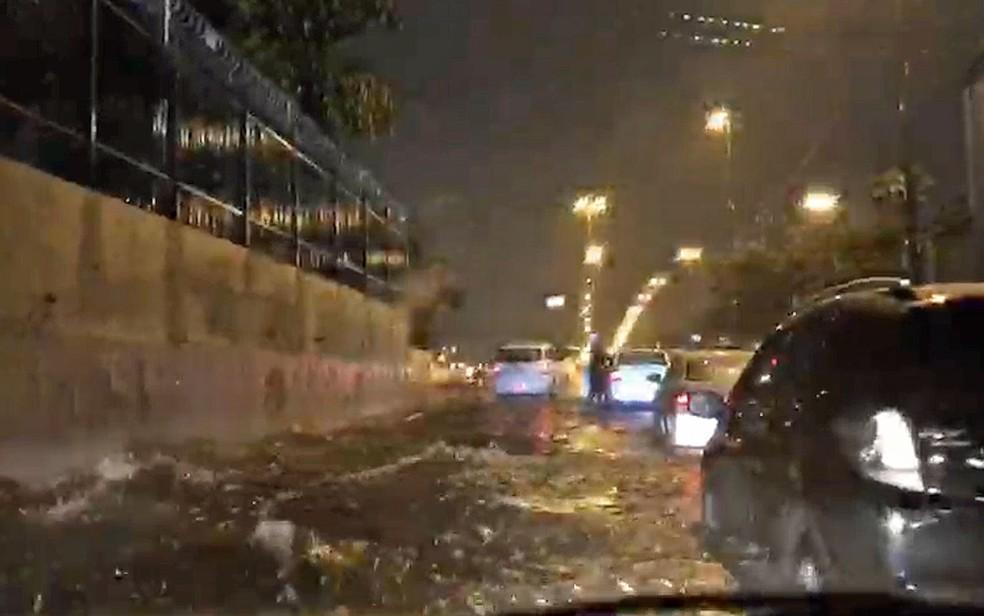 Alagamento na Marginal Tietê, sentido Castello Branco, sob a Ponte das Bandeiras — Foto: Edilson Rizzo / TV Globo