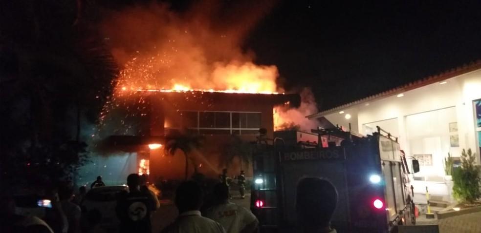Incêndio começou no primeiro andar do estabelecimento — Foto: Corpo de Bombeiros