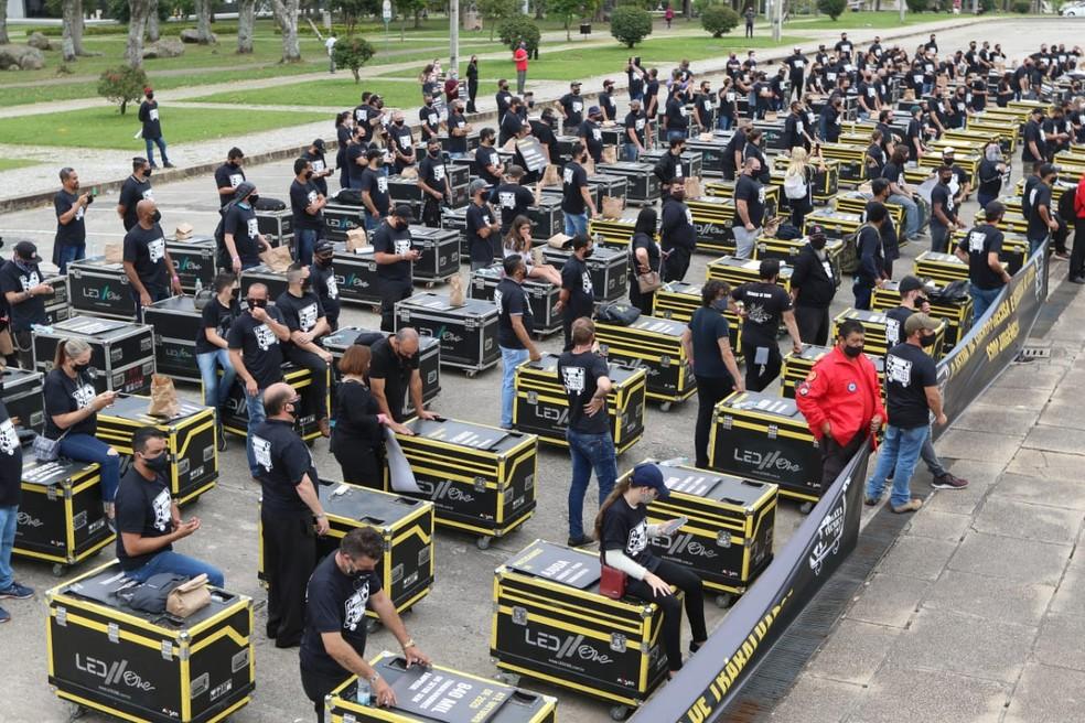 Profissionais de eventos pediram, em ato em Curitiba, plano emergencial — Foto: Franklin de Freitas/Divulgação