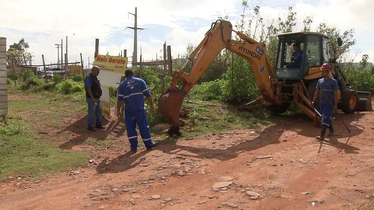 Caesb desfaz 'gato' de água que abastecia 200 casas em área irregular do DF