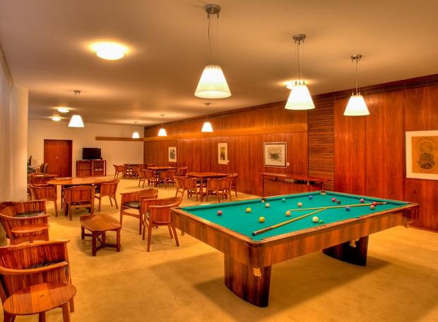 Uma grande mesa de sinuca, além de tabuleiros para jogos de xadrez e damas, integra a sala de jogos  (Foto: Ichiro Guerra/Reprodução)