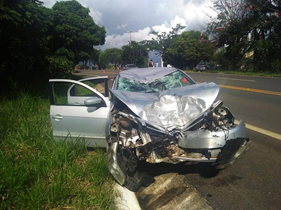 Carro atingiu moto em acidente em Andradas (MG); um casal morreu — Foto: Andradas Espiral