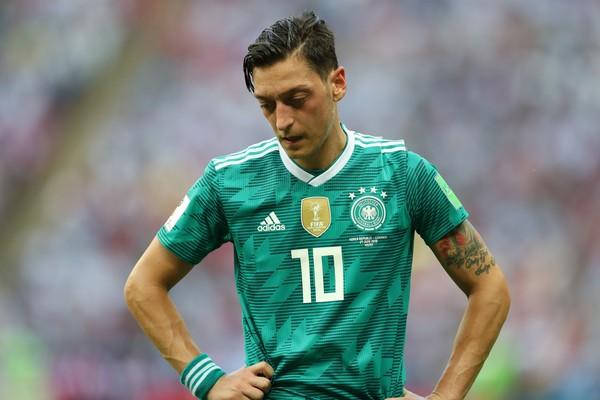 O jogador alemão Mesut Ozil lamentando a derrota que eliminou a Alemanha da Copa do Mundo 2018 (Foto: Getty Images)