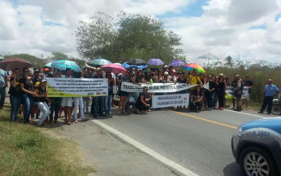 Professores protestaram contra atraso de salários em Teofilândia (Foto: Divulgação/Polícia Militar)