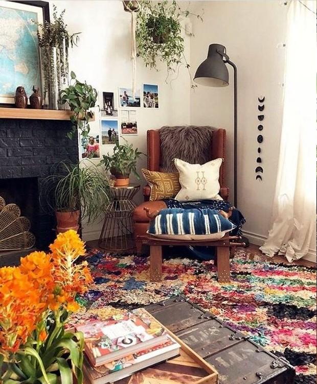 Todos os móveis são em tons neutros, enquanto a cor fica para os acessórios (Foto: Pinterest/ Reprodução)
