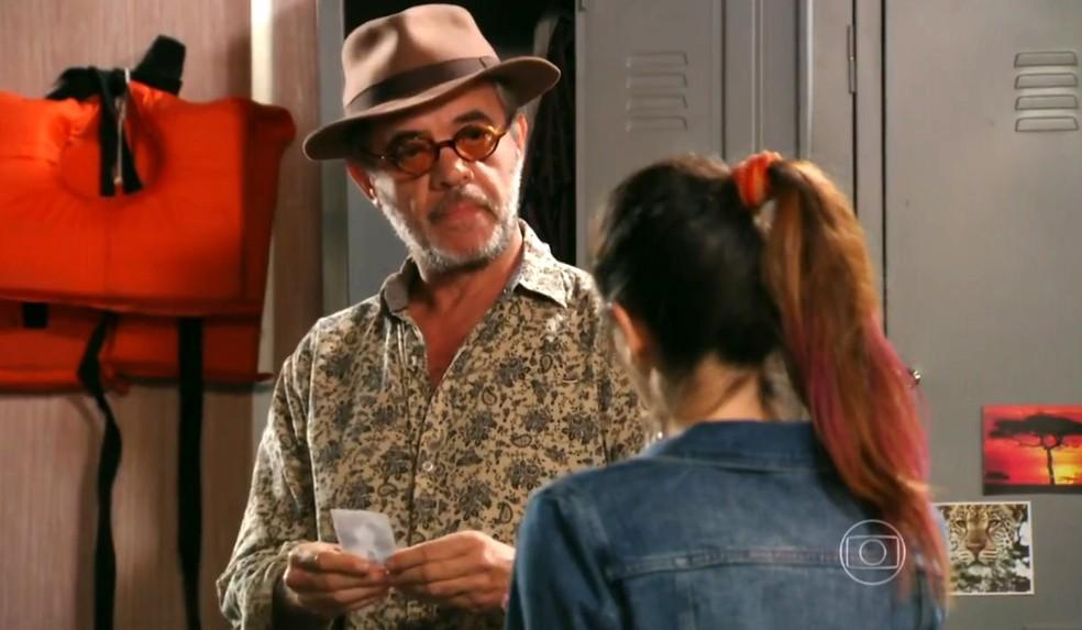 Duque (Jean Pierre Noher) fica tenso ao ver foto do avô de Amaralina (Sthefany Brito) - 'Flor do Caribe' — Foto: Globo