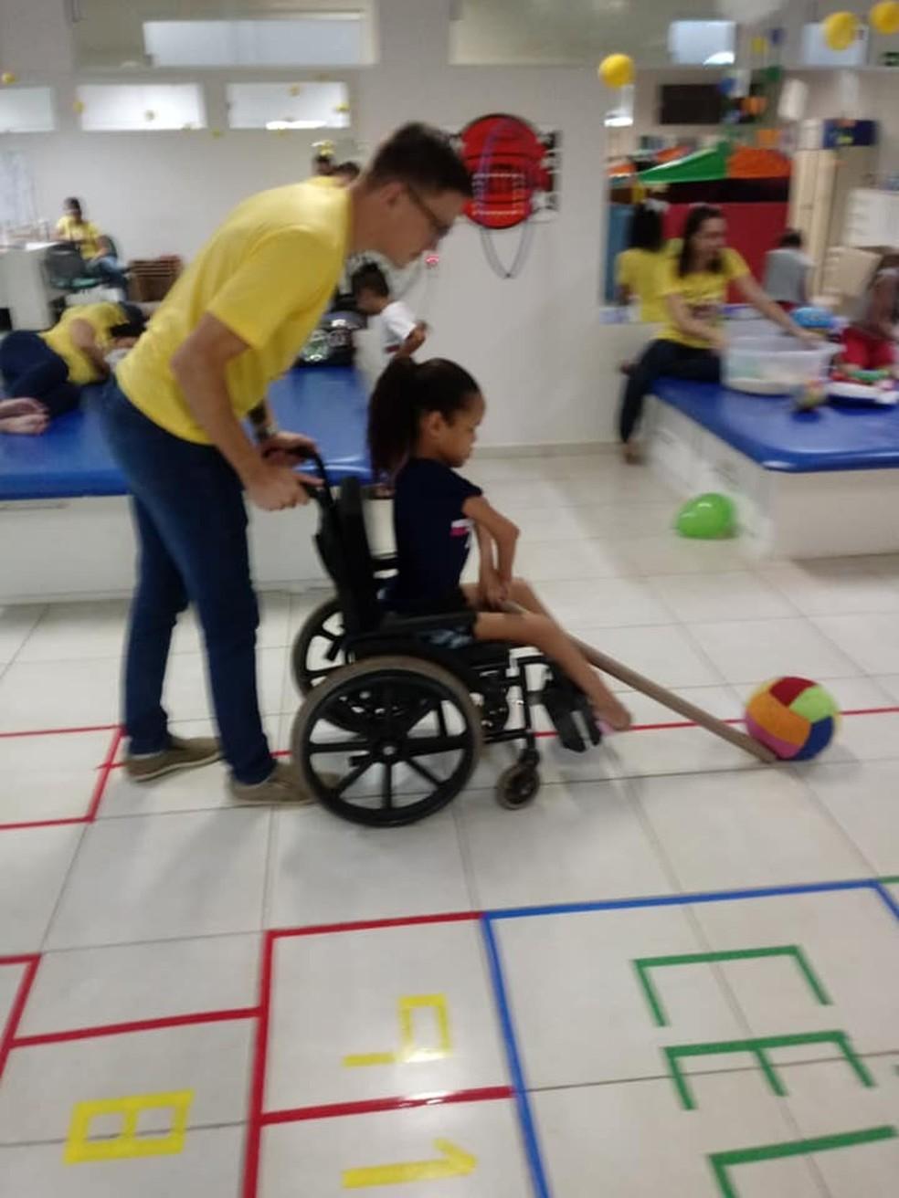 Menina faz tratamento e quando viu sala decorada contou do sonho em pular amarelinha — Foto: Apae-MS/Divulgação