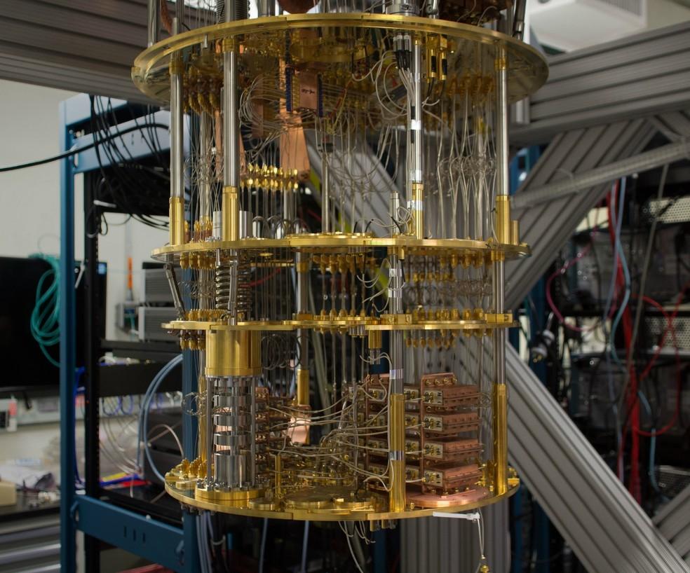 Computadores quânticos atuais - como o IBM da foto - precisam de temperaturas muito baixas para funcionar; pesquisa mostra solução para o problema — Foto: Divulgação/IBM