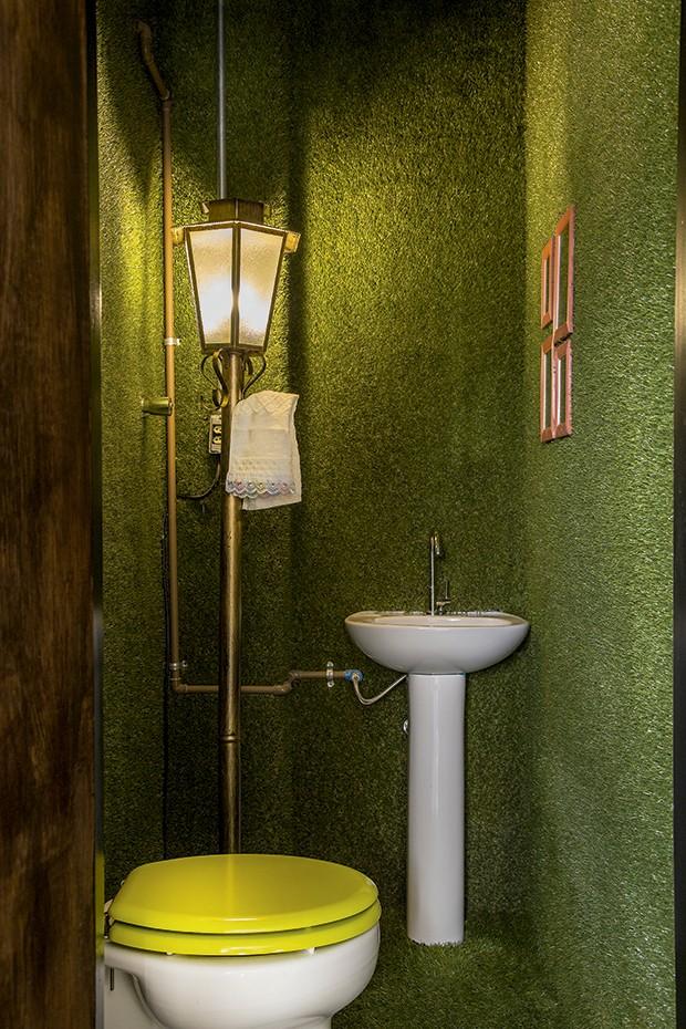 Lifestyle decor - O lavabo revestido de grama artificial  (Foto: Rogério Voltan)