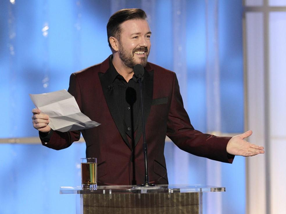 Ricky Gervais começou apresentação com copo de bebida alcoólica e exibindo uma lista com itens que não poderia fazer piada  — Foto: AP