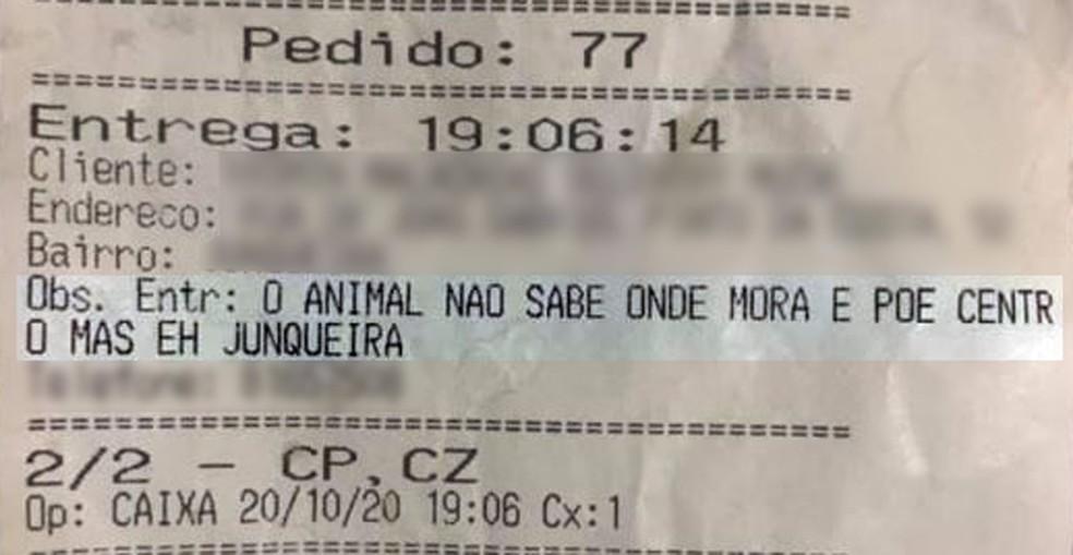 Caixa de restaurante é demitido após comentário ofensivo sobre cliente: 'O animal não sabe onde mora'
