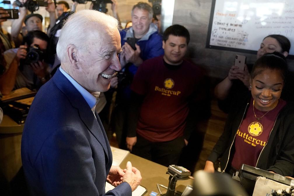 Joe Biden cumprimenta funcionários de restaurantes na Califórnia nesta terça-feira (3) — Foto: Tony Avelar/AP Photo