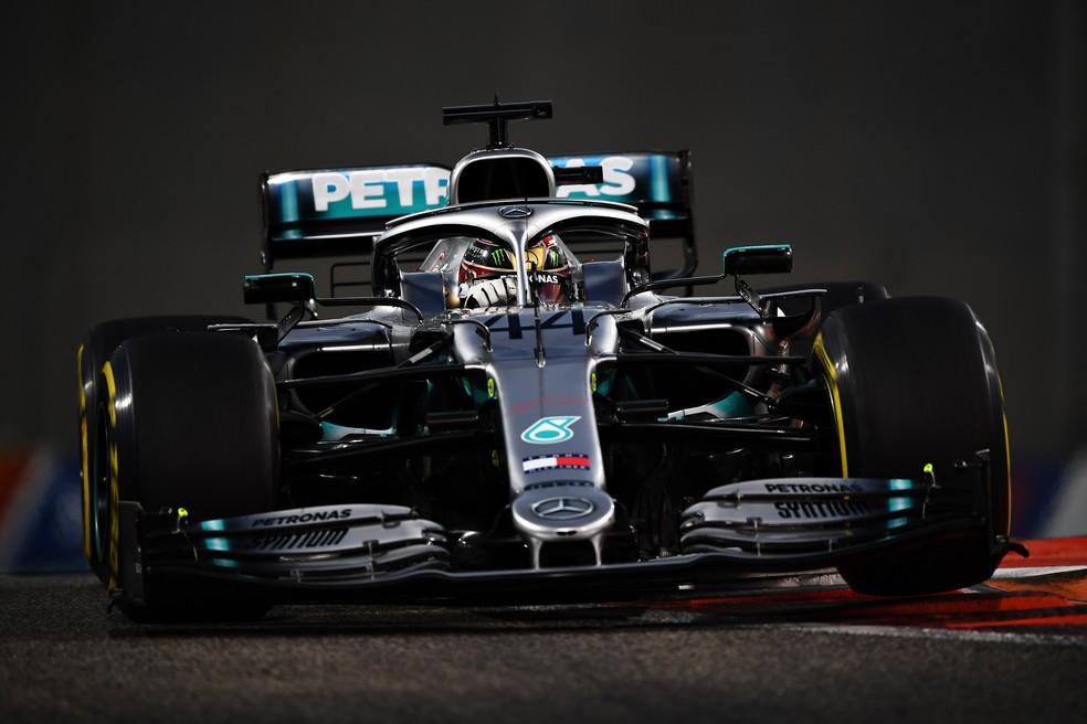 Lewis Hamilton pilota Mercedes no GP de Abu Dhabi — Foto: Getty Images