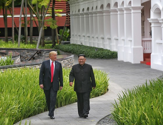 Trump e Kim Jong-un encontraram-se em ilha paradisíaca de Cingapura, com direito a sobremesas exuberantes e vídeos propagandísticos (Foto: KEVIN LIM/HANDOUT/GETTY IMAGES)