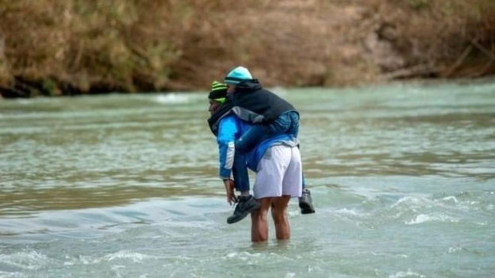 Famílias de migrantes com crianças cruzam rios todos os dias na tentativa de chegar aos Estados Unidos — Foto: AFP via BBC