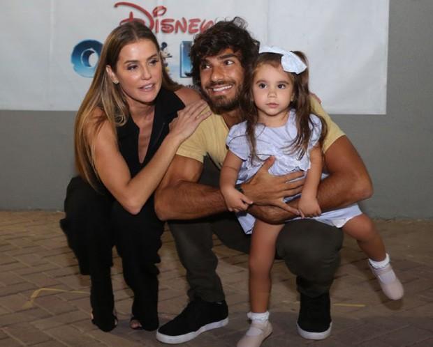 Deborah Secco e Hugo Moura com Maria Flor (Foto: Daniel Pinheiro/AgNews)