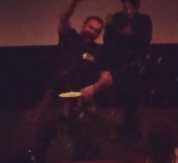 O ator Jason Momoa jogando pipoca em seus convidados na sessão privada de Aquaman no Havaí (Foto: Instagram)