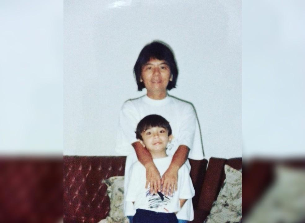 Bruno Goia e a mãe Antônia quando era criança, em Sorocaba  — Foto: Arquivo Pessoal