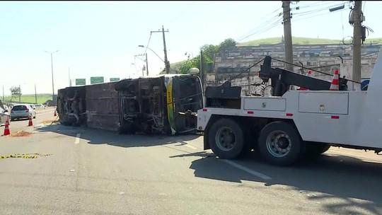 Ônibus tomba e deixa feridos em Niterói