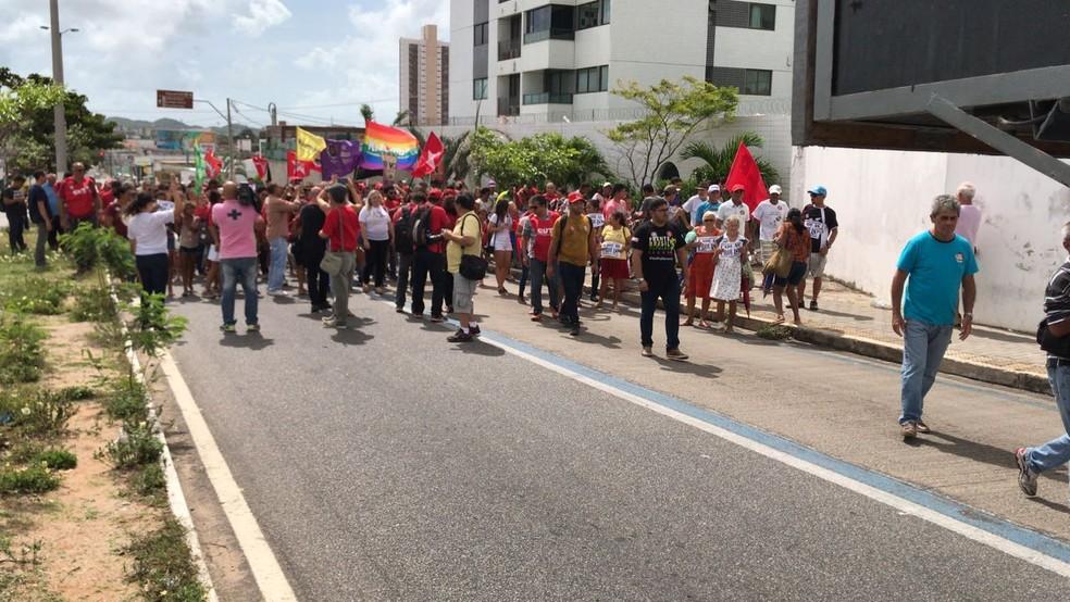 Manifestantes caminharam até o prédio da Justiça Federal em Natal em apoio ao ex-presidente Lula (Foto: Michele Rincon/Inter TV Cabugi)